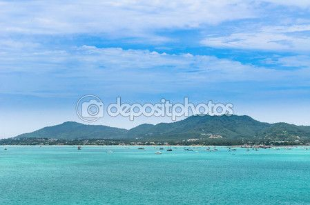 Scarica - Barca in una baia con mare verde e cielo blu (a chalong bay, phuke — Immagini Stock #57429197