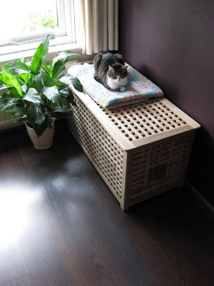 Dit IKEA-opbergmeubel wordt een prima kattenbakverberger door er aan de zijkant een ingang in te zagen. Pluspunt: door de bak goed naar achteren te zetten loopt de kat het grit in het meubel uit en blijft je vloer schoon.