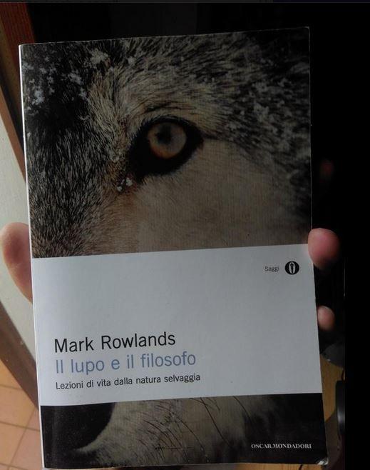 """""""Come vivere con un lupo per 10 anni, uscirne indenni e diventare più saggi. Sconsigliato a cinofili e ipersensibili."""" Il dono di Gianluca alla piccola biblioteca."""