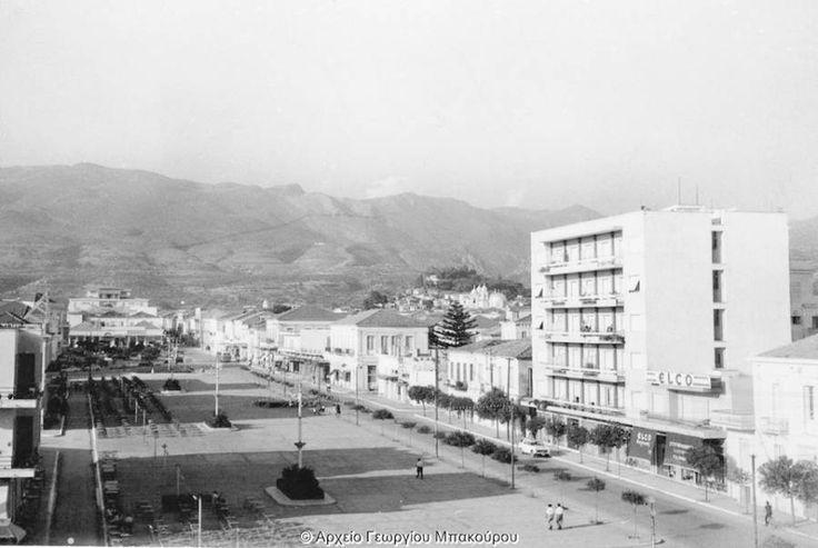 """Η πλατεία της Καλαμάτας τη δεκαετία του 1960, με το """"αξιοθέατο"""" της εποχής. Διαβάστε το άρθρο στην ΕΛΕΥΘΕΡΙΑ http://www.eleftheriaonline.gr/polymesa/nature/item/45337-palia-kalamata-polykatoikia"""