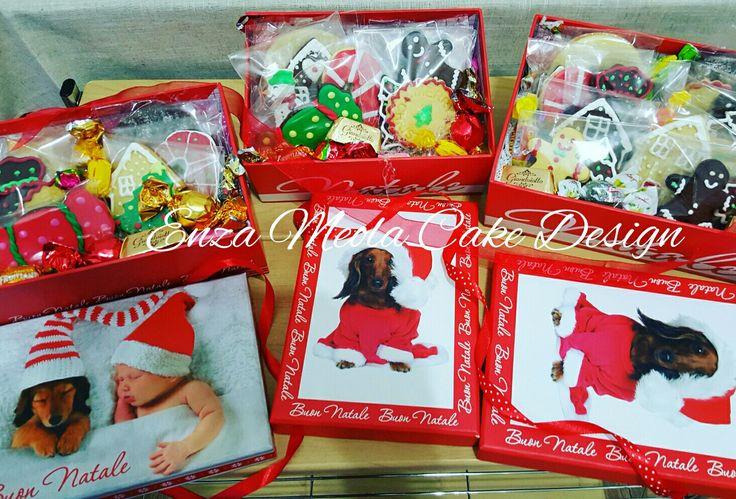 scatola regalo natalizia con biscotti decorati.