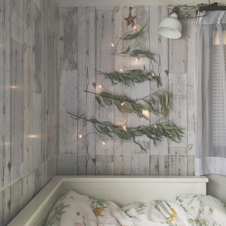娘の部屋の壁にユーカリのドライをツリー風に飾ってみました ・ #クリスマス #クリスマスツリー #クリスマスツリー風 #クリスマスディスプレイ #ユーカリ #ユーカリツリー #ドライフラワー #ドライフラワーのある暮らし #照明 #IKEA #IKEAベッド #リメイクシート #子供部屋