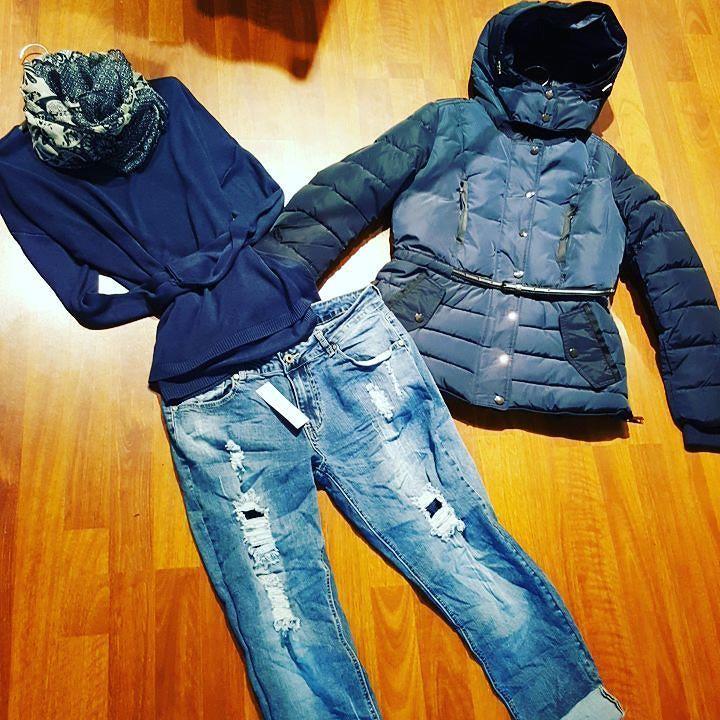#buongiornooooooo #maglia più colori #jeans strappi #piumino #disponibile dalla s alla xxl #blu #cinturino vita #valeria #abbigliamento