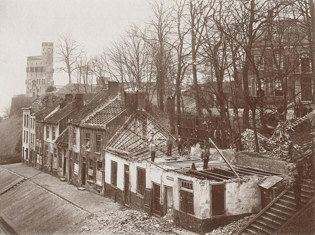 Afbraak aan de Voerweg Het St. Geertruidsbergje tijdens de sloop, links de Belvédère, en rechts een gedeelte van het pand van Robert Jansen. Foto uit ca. 1894.