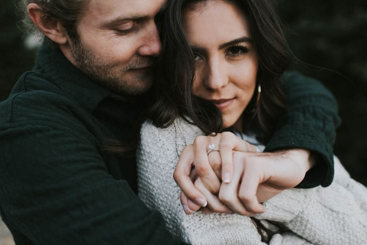 Cozy winter engagement session inspiration | Image by Blush Photography