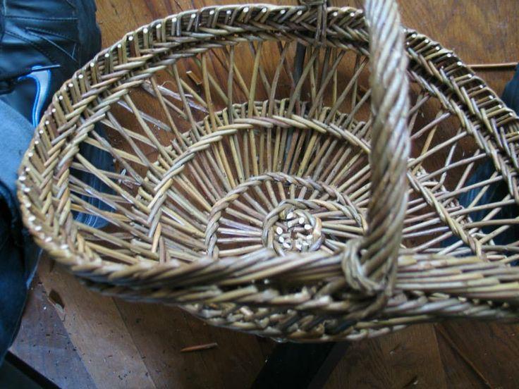 Perigord-basket made with the help off Philippe Guerinel teaching at my studio. Perigord-mand gemaakt met de hulp van Philippe Guerinel in mijn atelier.