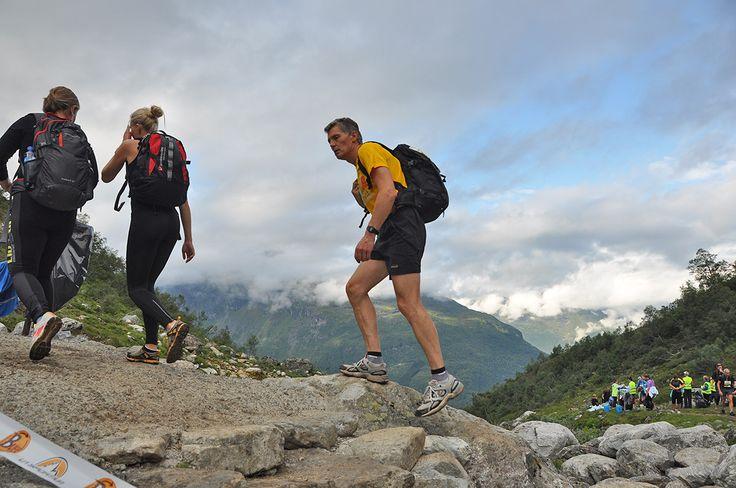 Er zijn veel manieren om een berg op te gaan. In de omgeving van Stryn en Loen tussen de fjorden ligt de berg Skåla met wel een heel bijzondere uitdaging: http://www.oppad.nl/?bestemming=trailrun-in-west-noorwegen-steil-omhoog-en-gaan