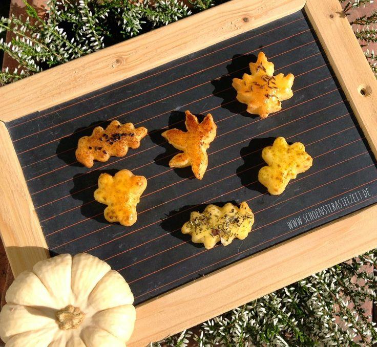 Buntes Herbstlaub - leckere Knabberei aus feinem Käsegebäck und Gewürzen