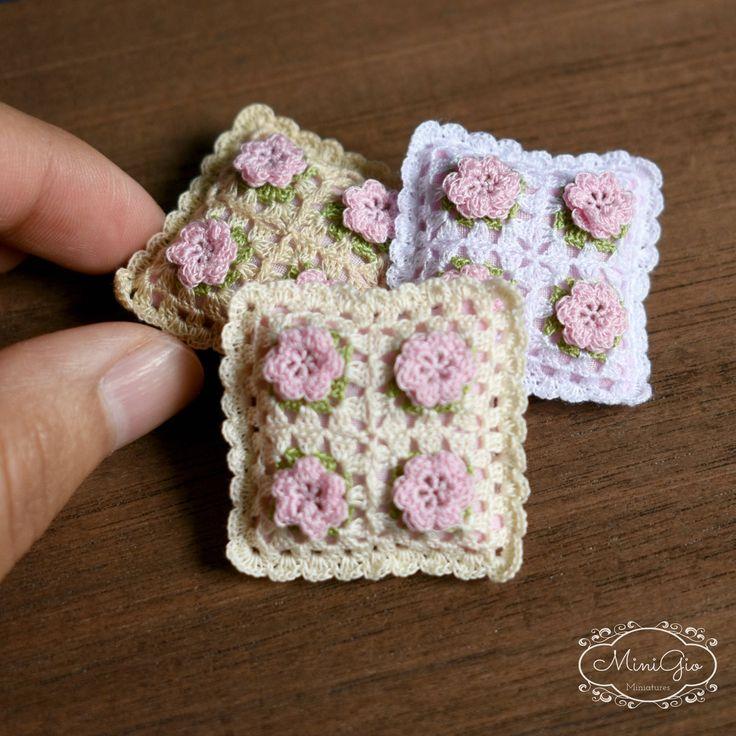 Cuscino di crochet in miniatura con fiori rosa in scala di