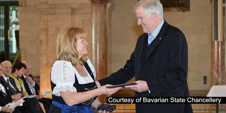 Em 22 de fevereiro de 2013, Mathilde Hartl, que é Testemunha de Jeová, foi condecorada com a Ordem de Mérito pelo primeiro-ministro da Baviera, Horst Seehofer.