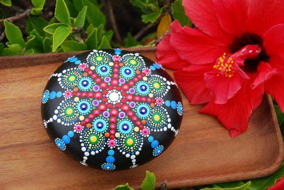 Mandala pintado a mano piedra / el gran Mandala / decoración de la tabla de la boda / rocas mandala pintado a mano / roca de playa Mandala pintado a mano de arte de punto / amor regalo