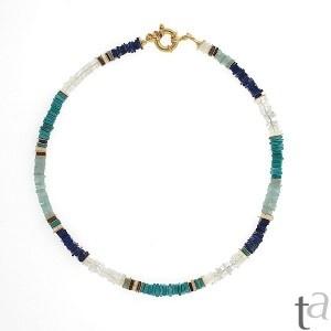 Collar con laspislázuli, turquesa, piedra de luna y plata chapada en oro de 18k.
