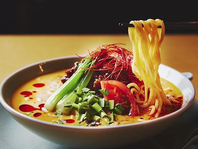 《 六本木 》【期間限定メニュー】豆乳とゴマの香り豊かな冷やし担々麺¥1,800  まろやかな味わいでエレガントに仕上げた担々麺はイチオシ!  ラグジュアリーホテル『グランド ハイアット 東京』内にある中国料理『チャイナルーム』。ホテルレストランのこちらにも、スパイシーメニューがあるのだ。   「豆乳とゴマの香り豊かな冷やし担々麺」は、白胡麻をふんだんに使用し、豆乳、西京味噌と混ぜ合わせたクリーミーでコクのあるスープが特徴。   豆板醤、甜麺醤、さらに辣油で味付けした肉味噌を浮かべ、甘辛さも楽しめる。太麺をすすった時に胡麻の香りがふわっと広がり、心地良く、後味がピリ辛で食欲を刺激する。   個人的には、人生でナンバーワンの旨辛担々麺といえる美味しさだ!