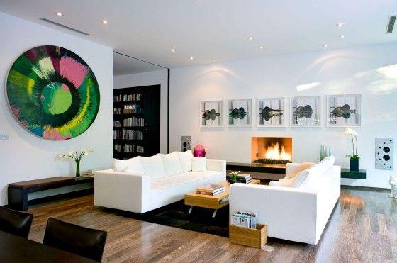 Diseño de moderna sala con diferentes cuadros de arte