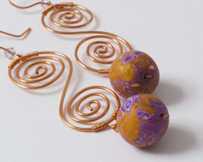 Orecchini realizzati con filo di rame non ossidante e perle in pasta polimerica.