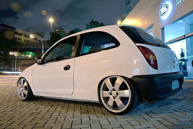 """Chevrolet Celta, ano 2003, cor branca, de Rodrigo """"Low"""" da cidade de São Paulo e integrante do clube WhipZ. Customizações: Rodas aro 17 modelo Montana com pneus 185/35, suspensão rebaixada fixa, longarina modificada, ponta da eixo traseiro modificado e para-lamas rebatidos."""