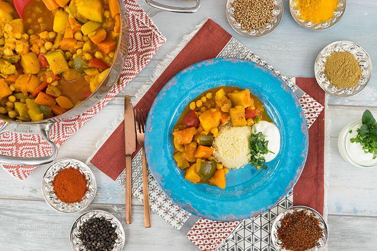 Der marokkanische Kichererbseneintopf verbindet beste Gemüsesorten wie Süßkartoffeln, Kartoffeln, Karotten, Zucchini und Fenchel mit hervorragenden orientalischen Gewürzen. Als Beilage serviere ich Couscous. Das Gericht ist vegan.