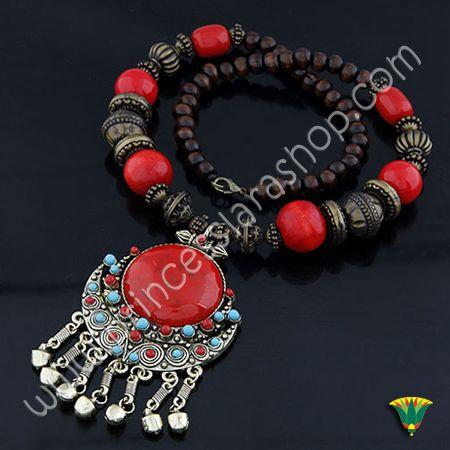 Collar realizado en metal (aliación de zinc) de estilo bohemio y origen beduino con piezas de madera color rojo y cobre. Tamaño del colgante 100*60mm Largo 55cm http://www.princesslarashop.com/tienda.php?dir=90#