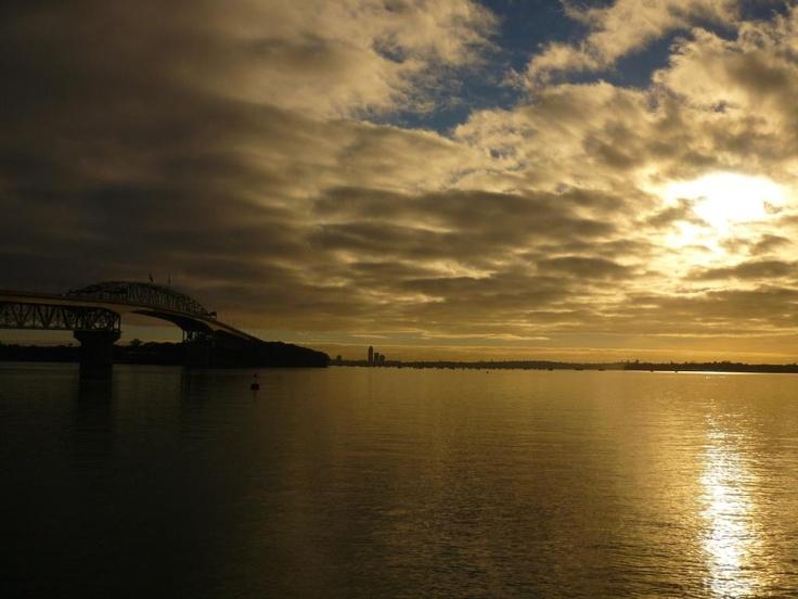 Auckland sunrise while sailing @pilaricke