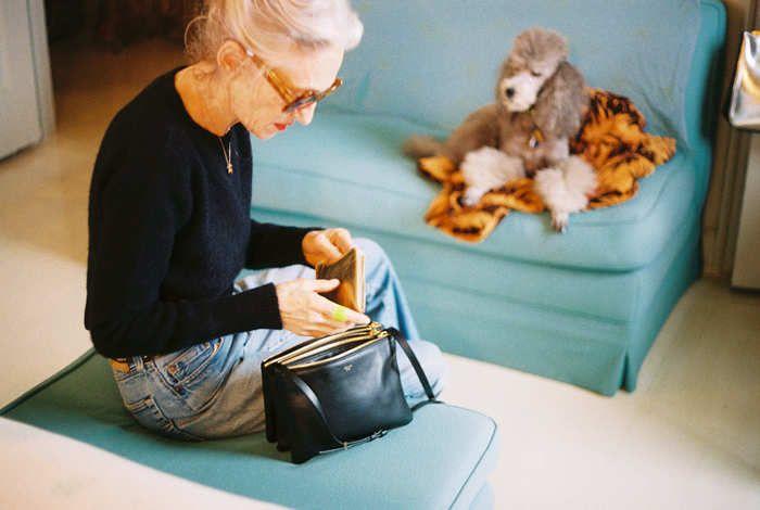ジーンズにニットをインして、上品なかばんを持つバランス感覚。クローゼットから服を選ぶのに1分かかってないかのようなラフさがとっても素敵ですね!