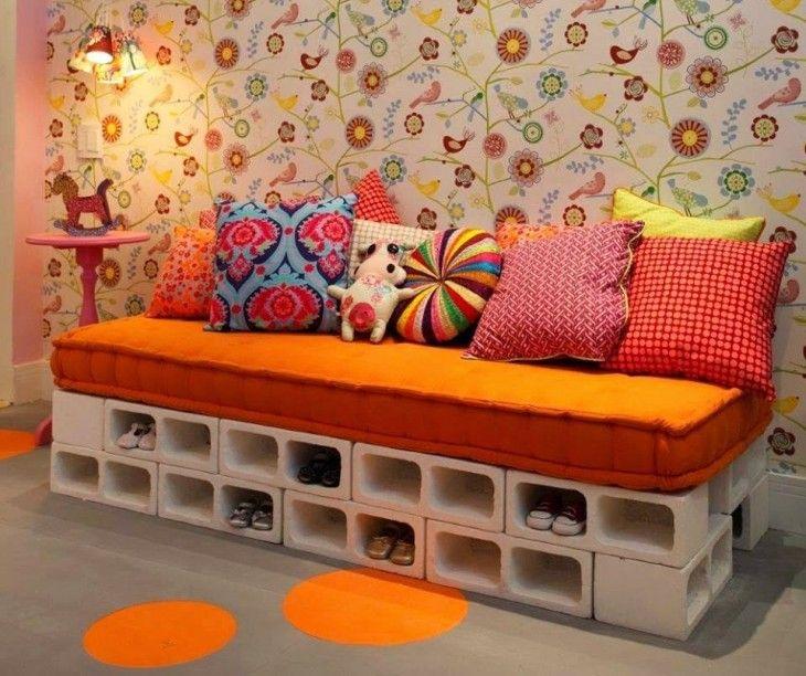Sofá con base de bloques de cemento con espacio para guardar los zapatos
