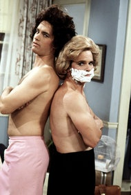 Tom Hanks and Peter Scolari in the sitcom Bosom Buddies (1980-1982)