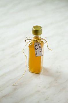 Sciroppo di zenzero fatto in casa, ideale dentro a tè o tisane e come toccasana per mal di gola e raffreddore.