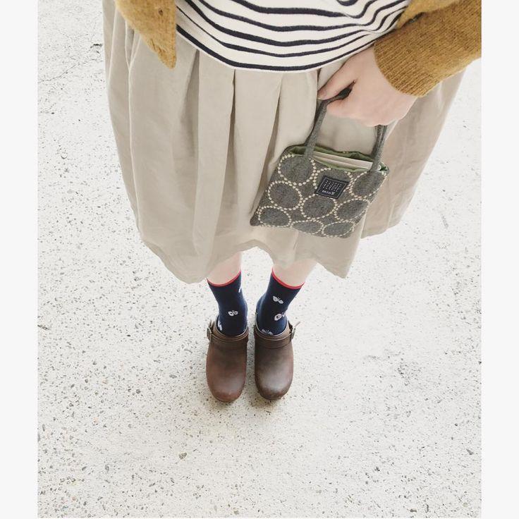 2016. 12. 21 (水) * * おつです♡ . 昨日の足元pic . 今から、郵便局へ行きますの図 . 地味です。すみませんw . では なぜ載せた?と言われれば、昨日私のハンドメイドスカートを載せてくれたお友達と、ボーダートップスとスカートがリンクしていたので、嬉しかったから。。 . タンバリンのミニバッグは、内布の色との組み合わせにぞっこんLOVE♡なのです . 昨日の#今日の服 昨日の#今日のコーデ#コーディネート#地味コーデ#着画#置かずくら部#足元くら部#ハンドメイド#ハンドメイド大人服#ミナペルホネン#minaperhonen#ダンスコ#dansko#無印#無印良品#スタジオクリップ#studioclip#短足でごめんなさい#ぞっこんらぶと聞いてシブがき隊と分かったアナタ同世代かもっと上