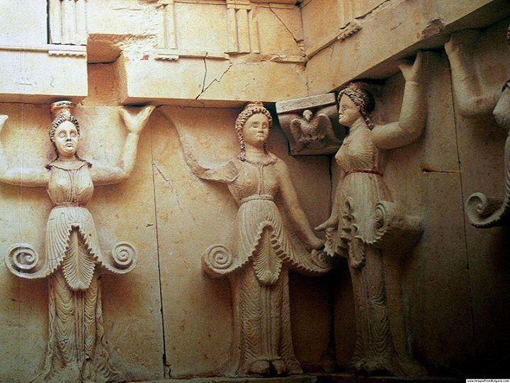În mormântul princiar de la Sveshtari, Bulgaria, descoperit în anul 1982 şi datând de la începutul secolului al III î.e.n., cariatidele, de la înălţimea tăriilor unde sunt postate pe întreg perimetrul camerei mortuare, protejează cu vârtejul regenerator al unui dans ritual, trupul regelui get.