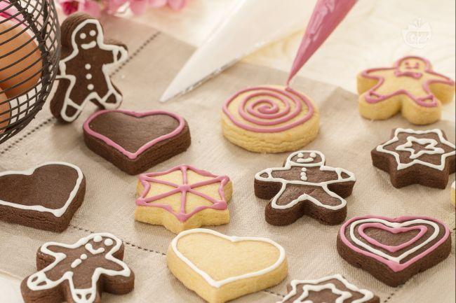 La ghiaccia reale è un composto fluido preparato con albumi e zucchero a velo, che viene utilizzato per le piccole decorazioni di  dolci e biscotti.