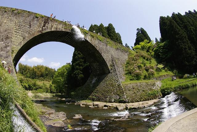 熊本県山都町の水路橋。  江戸時代の石橋としては最大級。  石と漆喰で噴水管を実現し、高台へ水を揚げる等、肥後の石工の技術力に唸らされます。  近隣には円筒分水や緑川ダム・船津ダムもあるので、土木好きにはセットでオススメ。