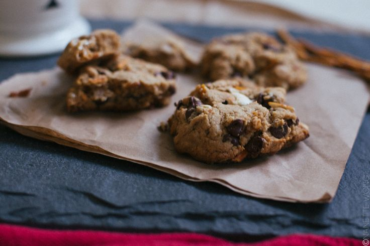 RECIPE // CHOCOLATE CAMPFIRE COOKIES WITH MARSHMALLOWS + PRETZELS - Cultural Chromatics