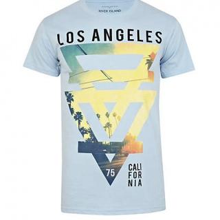 Tricoul River Island pentru barbati este frabricat din bumbac 100% si este inscriptionat in partea din fata cu un imprimeu in forma de triunghi cu Los Angeles California.