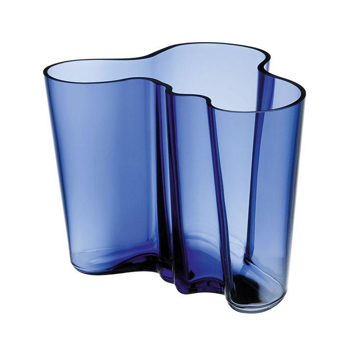 Aalto maljakko 160 mm ultramariinin sininen  Alvar Aalto -kokoelman maljakko on suomalaisen muotoilun klassikko vuodelta 1936.