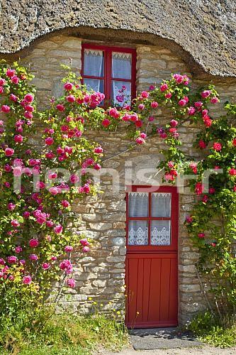 France, Loire-Atlantique (44), Parc Naturel Régional de Brière, Saint-Lyphard, hameau de Kérhinet entièrement restauré par le Parc, maison typique au toit de chaume © Hervé Lenain