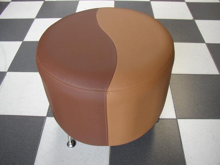 PUFF CIRCUM CAFE  Medidas generales diametro 50 cm - altura 35 cm,  tela vinílica dos tonos, tapizado liso. Con patas metàlicas opcionales.
