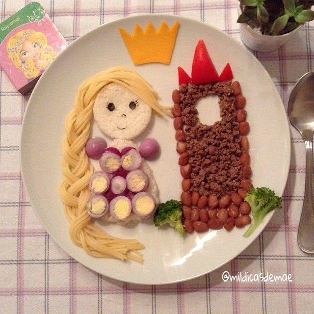 Hoje Catarina pediu a Rapunzel para o almoço! Mas tinha que ser fora da torre! Arroz, feijão, carne moída, tomate, brócolis, ovo de codorna, azeitona e macarrão! Detalhes em alga e queijo. #mildicasdemae #instafood #foodart #kids #kidsfood #filhos #crianças