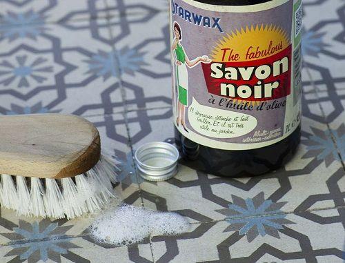 Élaboré à partir de potasse et d'huile végétale, comme l'huile de lin, le savon noir liquide est particulièrement opérant pour nettoyer la maison.