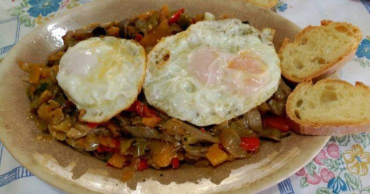 Calabaza salteada con verduras y huevos fritos: calabaza pelada , calabacín pelado, berenjena pelada, puerro, cebolla, pimiento, setas. popurrí de 3 pimientas, ajo, perejil y jengibre en polvo. Huevo frito