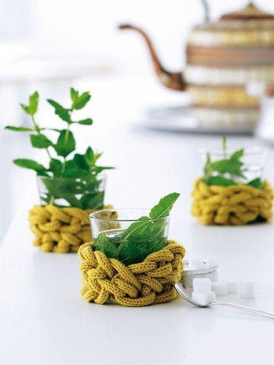 Knitting nancy project - Stricklieselschnüre mit den Fingern zu Luftmaschen gehäkelt und um Teegläser geschlungen