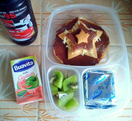 Attar's lunch box (09SEP15) : pancake topped with Nutella and cheese, Saltine's crackers, kiwi fruit, guava juice and mineral water.  Have a happy dancing Wednesday! Xxx