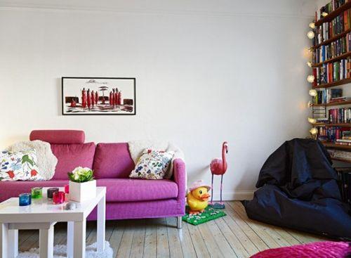Living room (divano colorato e libreria con palline colorate)
