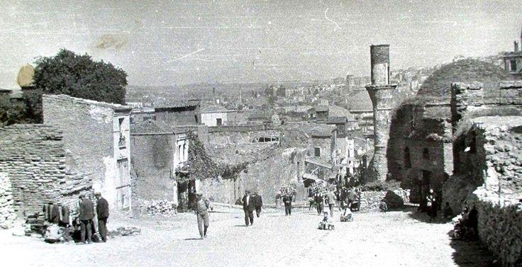 Mercan Yokuşu, arka planda Yavaşça Şahin Mehmet Ali Paşa camii yer almakta.