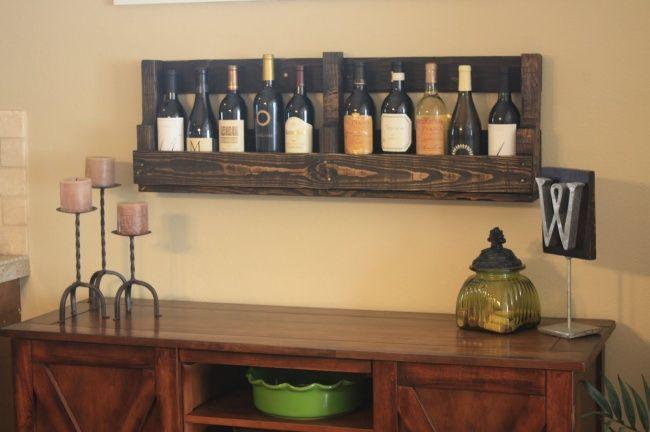 Из старых паллет можно сделать любую мебель. Например, винтажную полку для вина.