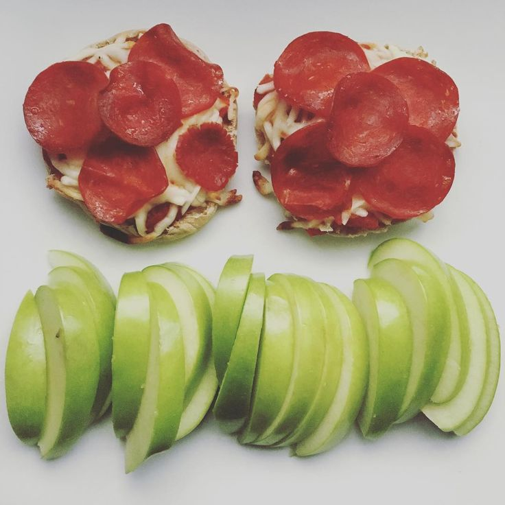 Pepperoni pizza on english muffins with a side of sliced apples.