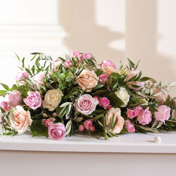 Rouwarrangement Traditioneel Roos. Bijzondere rouwarrangementen in verschillende vormen of met een symbolische betekenis, bij Afscheid met Bloemen vindt u het allemaal. In de rouwarrangementen gebruiken wij grote, bijzondere bloemen, altijd uit het seizoen. Gemaakt door Afscheid met Bloemen.