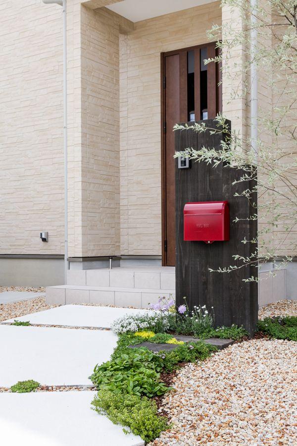 ビビットな赤いポストが可愛い外観 お家の表情をグッと明るくしてくれ