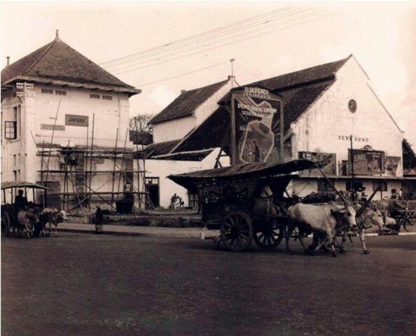 """Gedung Theather Senisono """"Mataram"""" tahun 1950. setelah itu gedung ini menjadi gedung kesenian dan sekarang telah menjadi satu bagian dari penggelola Gedung Agung"""