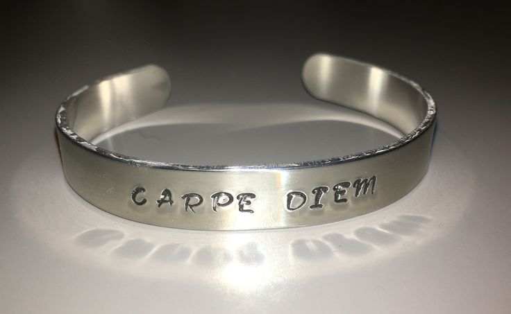 Handgestempelde aluminium armband