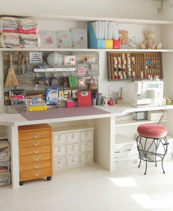 雑貨クリエイターemicoさんの個性あふれるアトリエは、「飾る」と「しまう」がうまく使い分けられています。/暮らし上手さんの飾り方・しまい方(「はんど&はあと」2012年2月号)